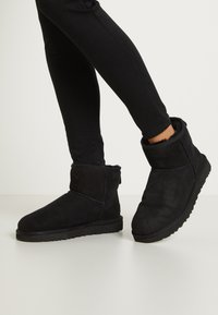 UGG - CLASSIC MINI II - Bottines - black - 0
