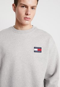 Tommy Jeans - BADGE CREW UNISEX - Bluza - grey - 3