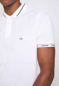 Calvin Klein - LIQUID TOUCH LOGO CUFF  - Polo - white - 5