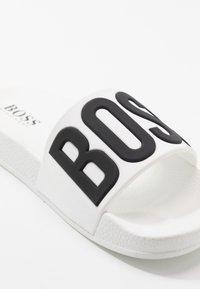 BOSS Kidswear - SLIDE - Sandały kąpielowe - white - 5