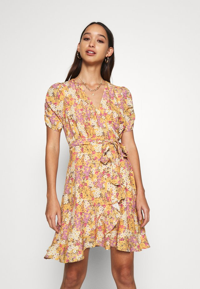TRINA WRAP MINI DRESS - Vapaa-ajan mekko - dark yellow
