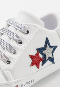 Tommy Hilfiger - Scarpe neonato - white/blue/red - 5