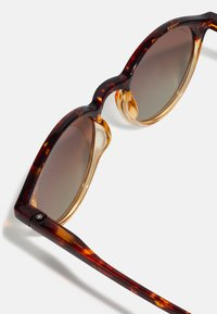 Pilgrim - SUNGLASSES ROXANNE - Sunglasses - brown - 1