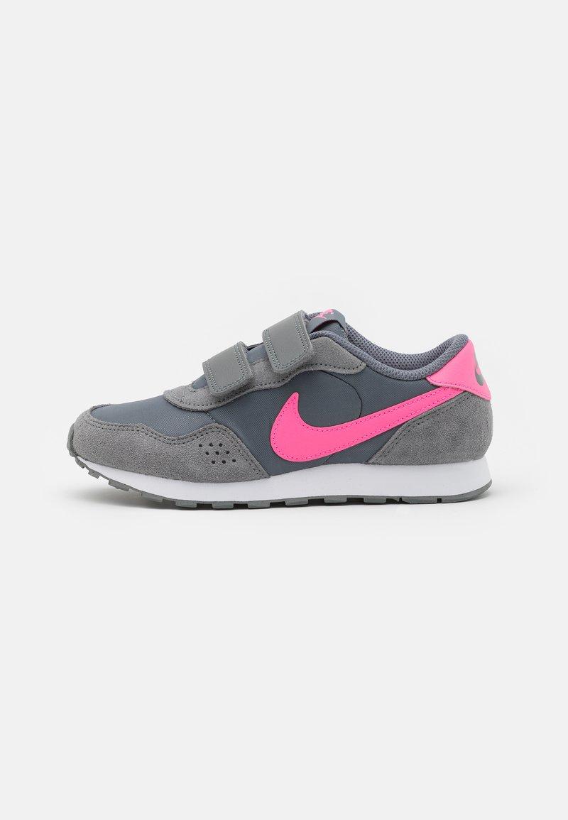 Nike Sportswear - VALIANT  - Tenisky - smoke grey/pink glow/white