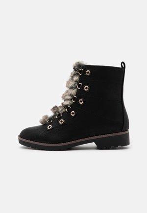 WIDE FIT BOOT - Šněrovací kotníkové boty - black