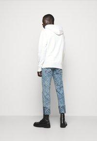 Versace Jeans Couture - FELPA - Sweat à capuche - white - 2