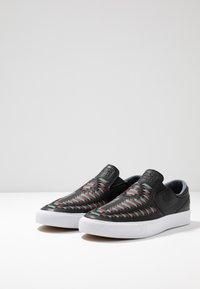 Nike SB - ZOOM JANOSKI SLIP CRAFTED - Slip-ons - black/bicoastal/team red/light brown - 2