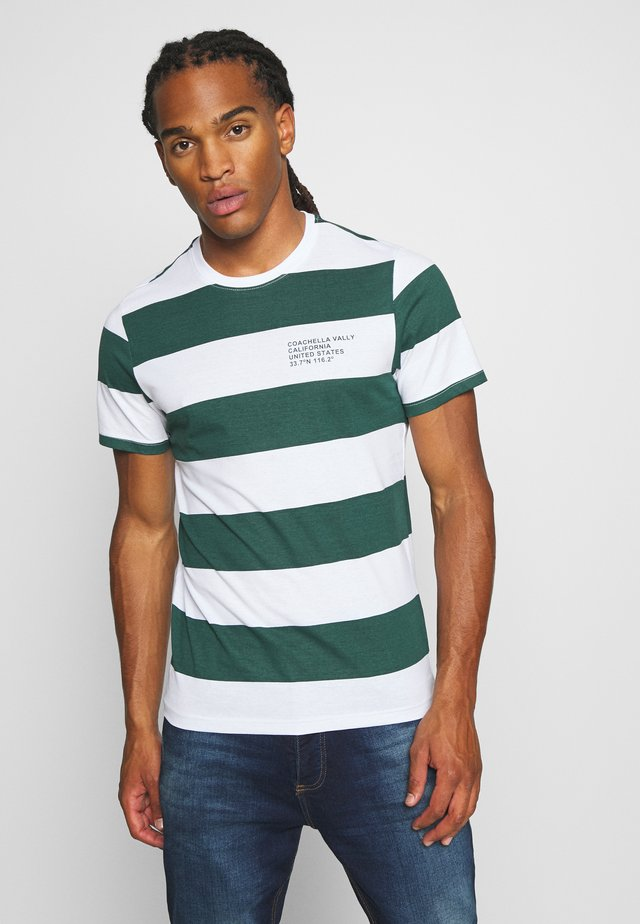 CAPTION - Camiseta estampada - optic white/bottle green