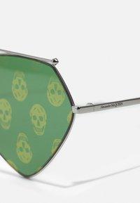 Alexander McQueen - UNISEX - Zonnebril - ruthenium/green - 2