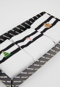Urban Classics - CHRISTMAS SPORTY SOCKS 3 PACK - Sokken - white/black - 2