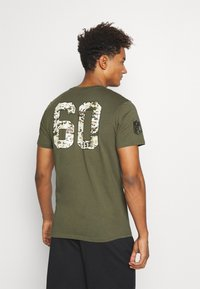 New Era - NFL DIGI CAMO OAKLAND RAIDERS TEE - Club wear - olive - 2