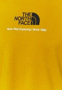 The North Face - NEW CLIMB TEE - T-shirt med print - arrowwood yellow - 5