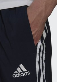 adidas Performance - 3-STRIPES SAMSON SPORTS ESSENTIALS AEROREADY PRIMEGREEN PANTS - Träningsbyxor - blue - 3