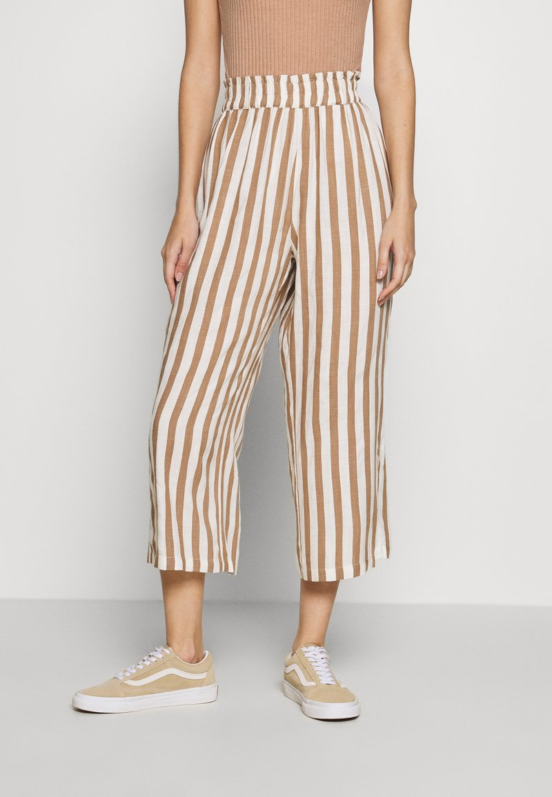 ONLY - ONLASTRID CULOTTE PANTS  - Bukse - cloud dancer/beige stripes