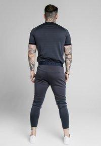SIKSILK - LEGACY FADE TECH TEE - Print T-shirt - midnight grey/neon white - 2