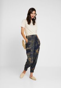 Desigual - PANT YANIN - Spodnie materiałowe - marino - 2