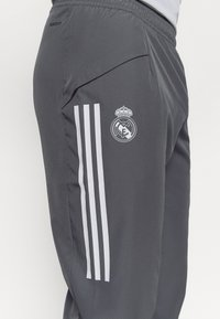 adidas Performance - REAL MADRID AEROREADY SPORTS FOOTBALL PANTS - Equipación de clubes - grey five - 4