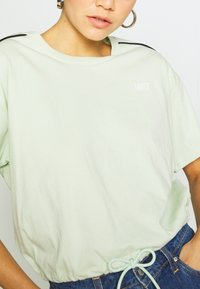 Levi's® - GINGER NYLN PIECE TEE - T-shirts med print - ginger pieced tee bok choy/tofu/caviar - 4
