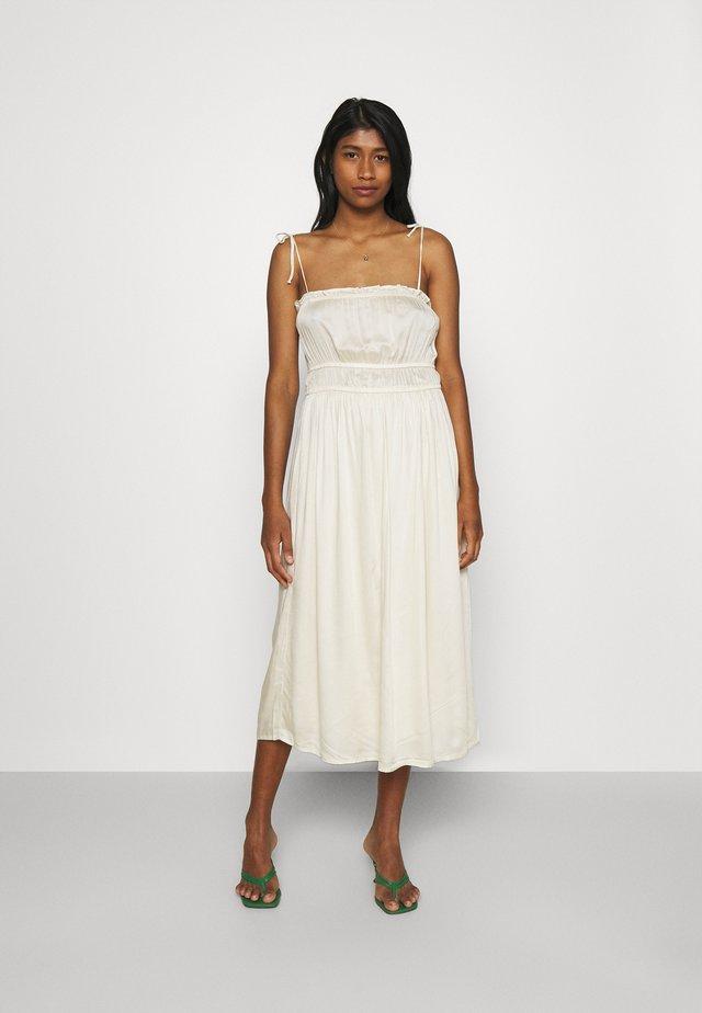 VMHELYN STRAP CALF DRESS  - Denní šaty - birch