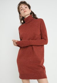 Vero Moda - VMBRILLIANT ROLLNECK DRESS  - Sukienka dzianinowa - ketchup melange - 0
