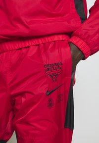 Nike Performance - NBA CHICAGO BULLS TRACKSUIT - Fanartikel - university red/black - 5