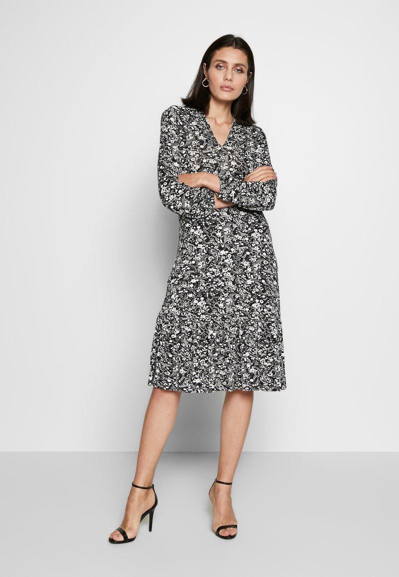 Wallis - MONO PAISLEY TIERED MIDI DRESS - Sukienka z dżerseju - mono