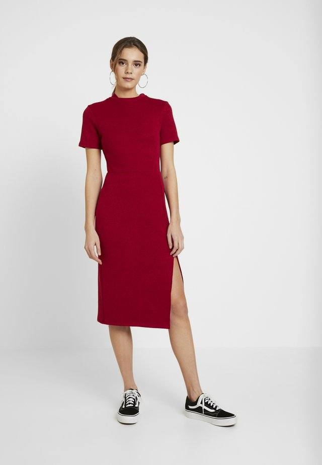 MIDI DRESS WITH SPLIT - Abito in maglia - burgundy
