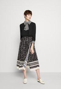 Elisabetta Franchi - 2-IN-1 - Áčková sukně - nero/burro - 0