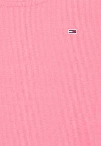 Tommy Jeans - SKINNY CROP TEE - Triko spotiskem - botanical pink - 2