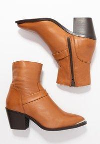 Vero Moda - VMKENA BOOT - Cowboystøvletter - cognac - 3