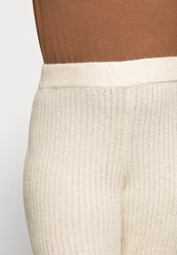 Noisy May Curve - NMALLY LOOSE PANT CURVE - Trousers - off white / melange - 4