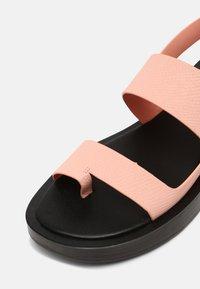 Who What Wear - ASHLEY - Sandály s odděleným palcem - pink coral - 7