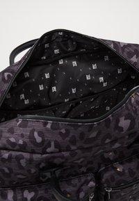 Kidzroom - DIAPER BAG KIDZROOM CARE LEOPARD LOVE - Taška na přebalování - black - 4
