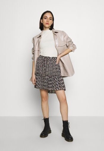 ALLOVER PRINTED SHORT SKIRT WITH PLEATS