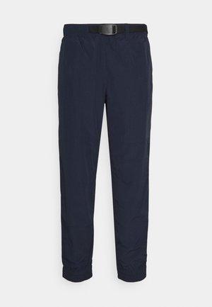 CLASSIC TAPERED FIT HIKING PANT - Spodnie materiałowe - aviator navy