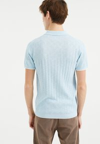 WE Fashion - MET STREEPSTRUCTUUR - Polo shirt - light blue - 2