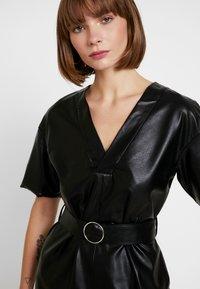 NA-KD - V FRONT BUCKLE BELT DRESS - Robe d'été - black - 5