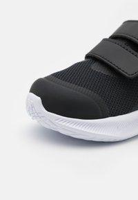 Nike Performance - STAR RUNNER 3 UNISEX - Scarpe running neutre - black/dark smoke grey - 5