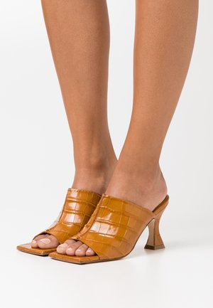 ZOHARA TAWNY CROC - Heeled mules - brown