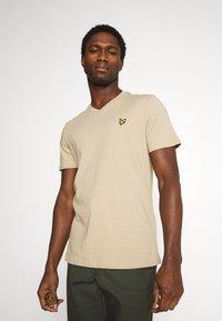 Lyle & Scott - V NECK - T-shirt - bas - sand storm - 0