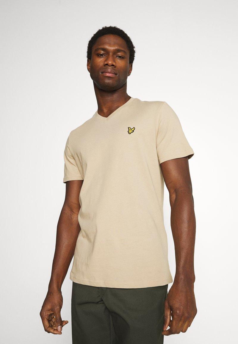 Lyle & Scott - V NECK - T-shirt - bas - sand storm
