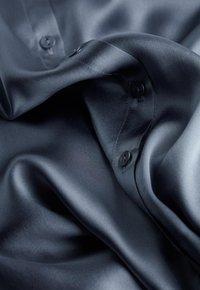 Intimissimi - BLUSE AUS SEIDE MIT KLASSISCHER MANSCHETTE - Pyjama top - blue - 4