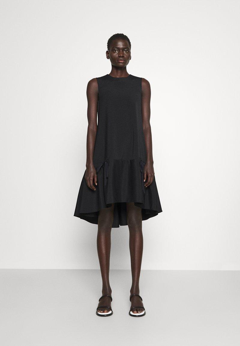 Victoria Victoria Beckham - FLOUNCE HEM SHIFT DRESS - Koktejlové šaty/ šaty na párty - black
