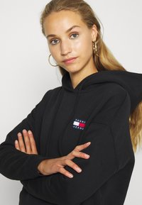 Tommy Jeans - BADGE HOODIE - Bluza z kapturem - black - 3