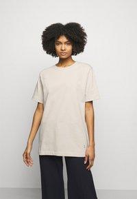 By Malene Birger - FAYEH. - Basic T-shirt - stone - 0