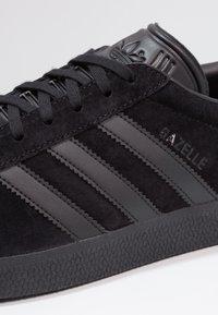 adidas Originals - GAZELLE - Zapatillas - core black - 5