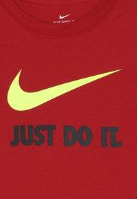 Nike Sportswear - Triko spotiskem - university red/volt - 3