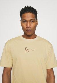 Karl Kani - SMALL SIGNATURE TEE UNISEX - Print T-shirt - sand - 3