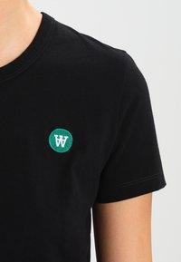 Wood Wood - UMA - Print T-shirt - black - 3