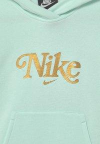Nike Sportswear - CLUB ENERGY - Sweatshirts - barely green/metallic gold - 2